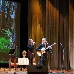 Александр Косенков поет на сцене, дуэт с Аленой Косенковой